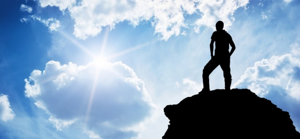 человек стоит на вершине