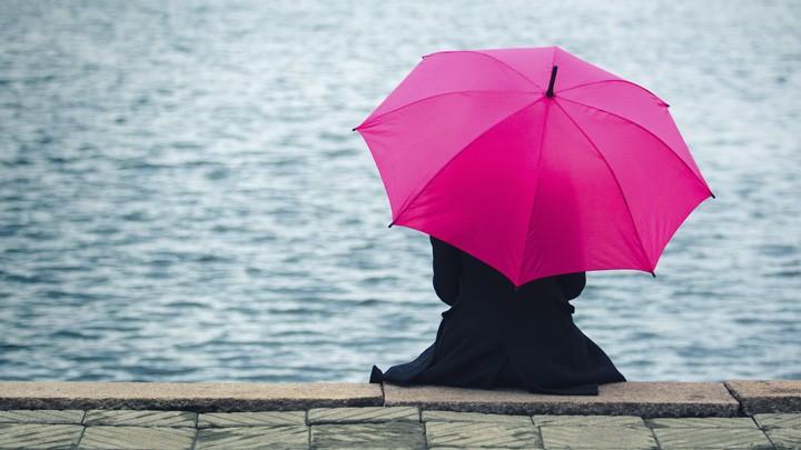 Женщина, сидящая у реки