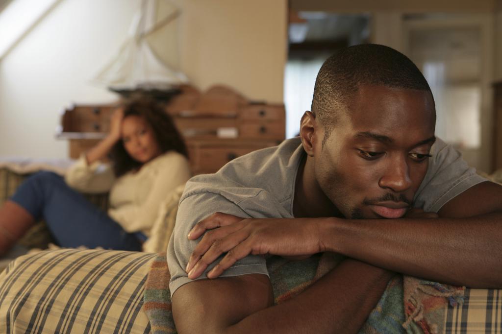 Чернокожий мужчина в депрессии.