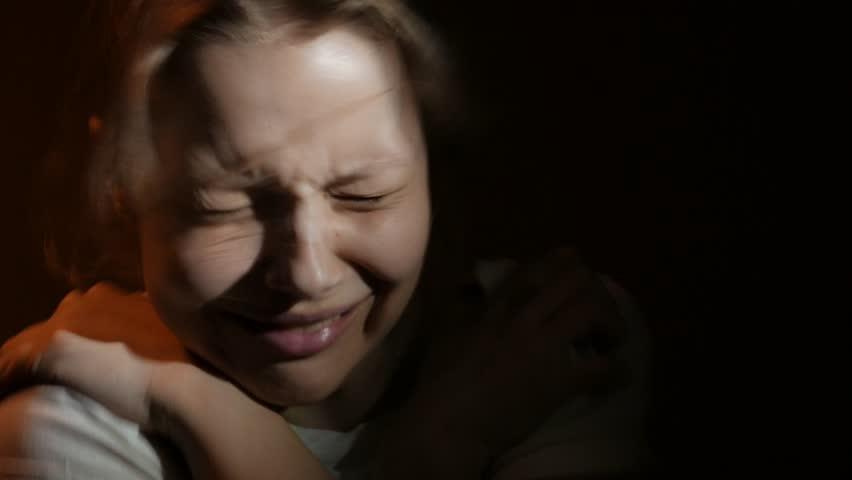 Девушка едва сдерживает слезы.