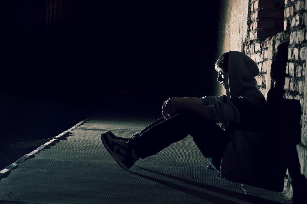 Одинокий мужчина на тротуаре.