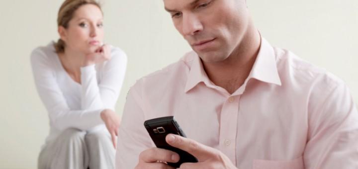 муж сидит в телефоне