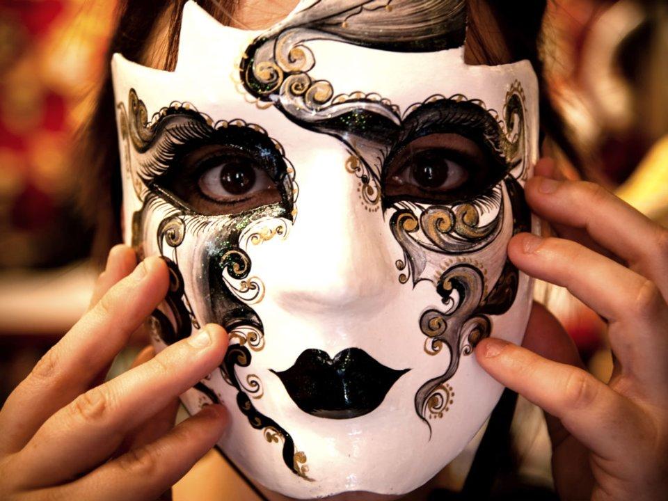 Держит маску