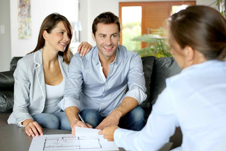 Мужчина и женщина в агентстве недвижимости
